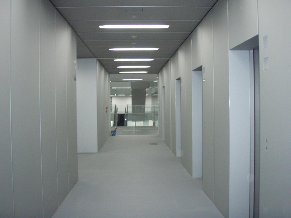 新設工事 大学校舎内エレベーターホール特殊アルミパネル